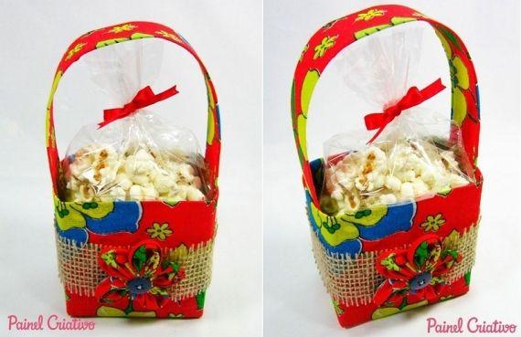 Que tal preparar uma lembrancinha super jeitosa para as festas juninas? A cestinha forrada de tecido de chita abriga pipoca, mas você pode usar o doce/salgado que quiser! - Veja mais em: http://www.vilamulher.com.br/artesanato/passo-a-passo/lembrancinha-de-festa-junina-cestinha-com-pipoca-17-1-7886495-413.html?pinterest-destaque