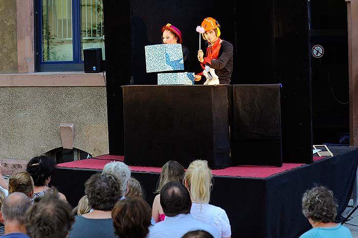 """Flunker Produktionen - Gespielt werden die Hauptfiguren der """"Magic Butter Show"""" als Kaukautzky Puppen - eine Puppenart, in der """"echte Köpfe fremde Körper entdecken"""". Bei den echten Köpfen handelt es sich um Claudia Engel und Matthias Ludwig, die an der Berliner Hochschule für Schauspielkunst """"Ernst Busch"""" ihr Diplom für Puppenspielkunst absolviert haben und - mit einem leichten Hang zum Absurden - humorvolle Programme für alle Altersklassen inszenieren."""