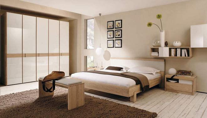 Moderne slaapkamer met beige tinten en houten slaapkamermeubels van
