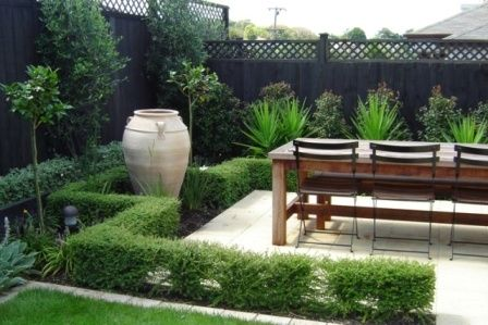 Exotic italian garden design with big gucci and wooden for Italian courtyard garden design ideas