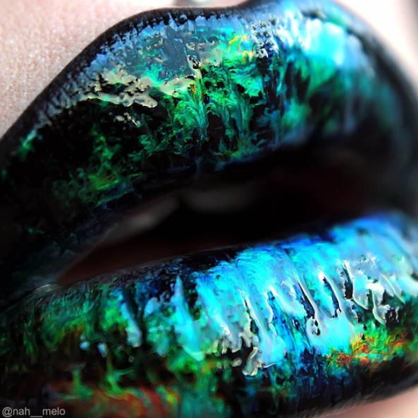 Sie dir an, wie toll der Gloss über dunkelblauem Lippenstift aussieht. | Du musst diesen neuen tollen Hologrammlippen-Trend sehen