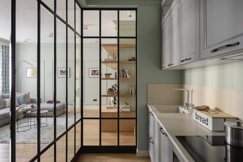 Konyha a nappaliban, üvegfal mögött - 105m2-es lakás eklektikus stílusban, pasztell zöld falakkal