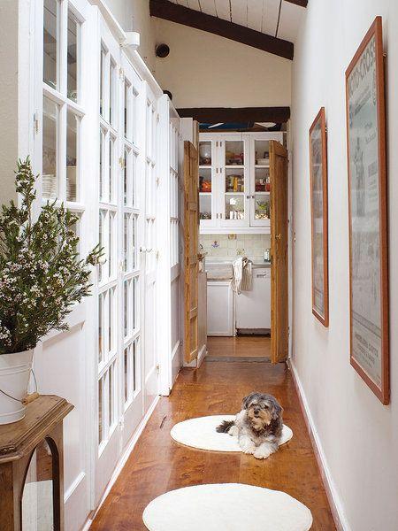 Pasillo decorado con alfombras redondas blancas