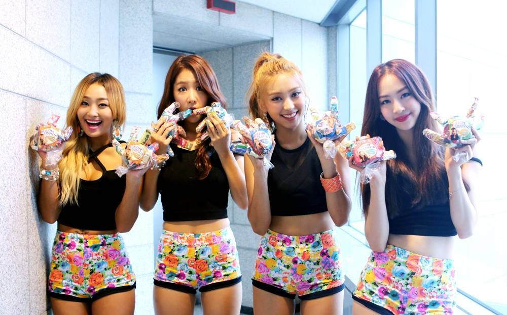 Sistar Touch Their Fans Through Gloves Filled With Candy Allkpop Sistar Sistar Kpop Celebrity Gossip