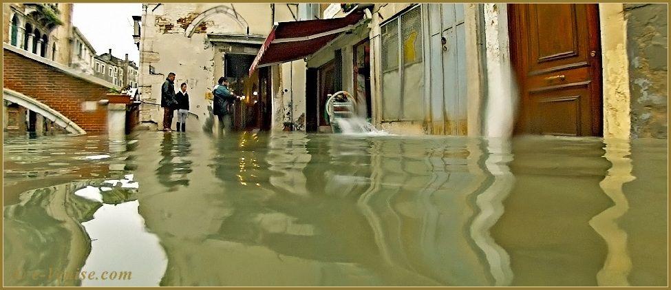 Acqua Alta Venise 1er Nov. 2012: La Fondamenta dei Felzi devant le pont Minich, dans le Sestier du Castello à Venise.