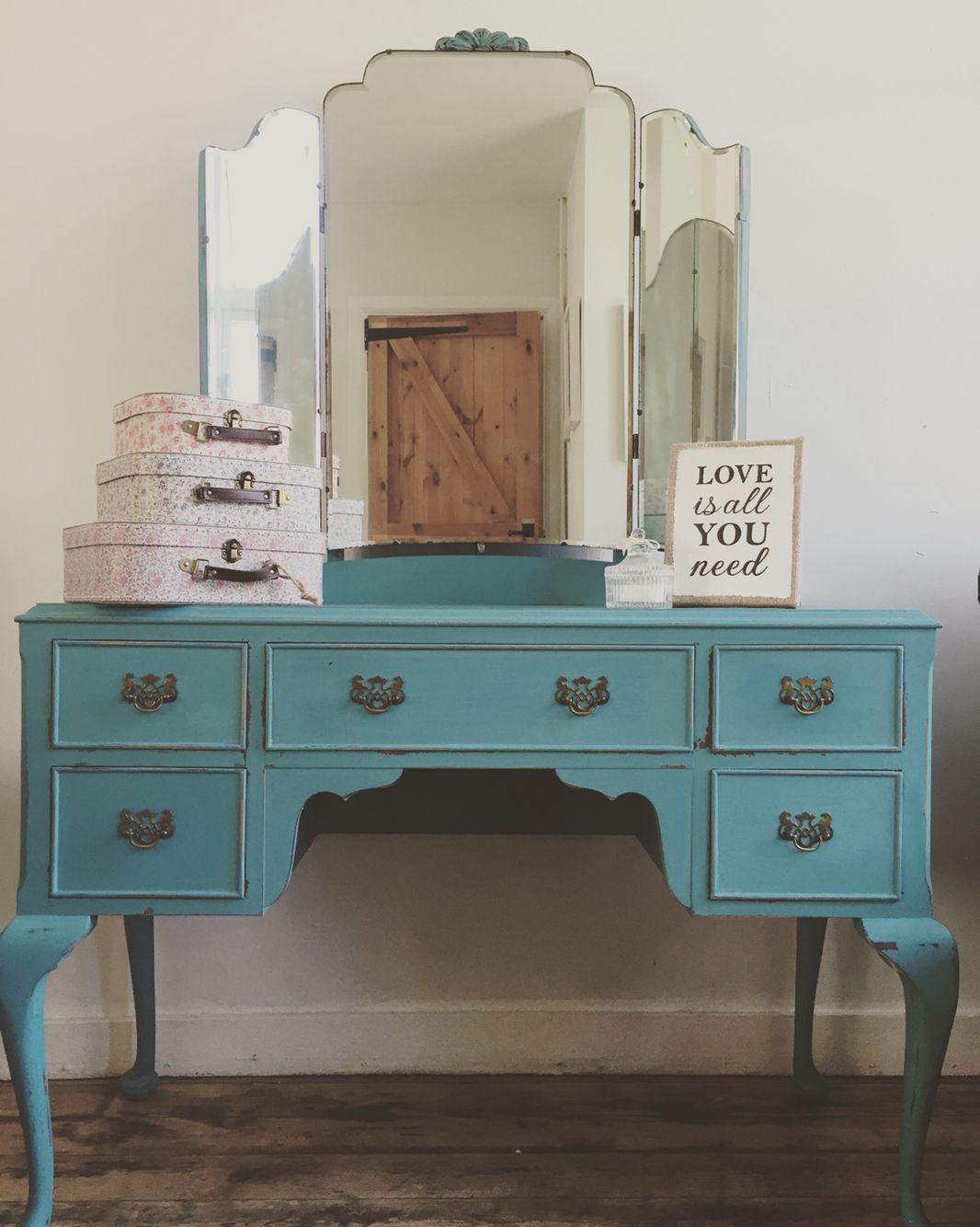 Stunning dressing table in autentico vintage turquoise idee per stunning dressing table in autentico vintage turquoise geotapseo Images