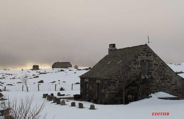 Buron sur l 39 aubrac enneige village aubrac lozere burons for Buron aubrac