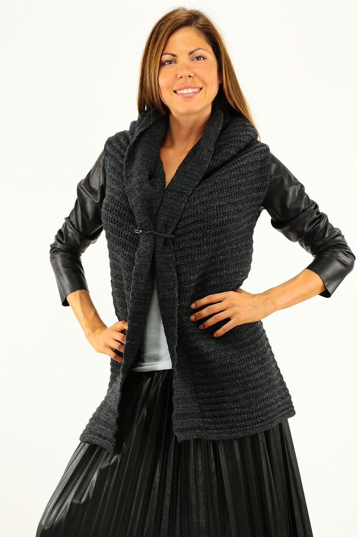 Maglia in lana con collo a sciallee lavorazione a punto largo. Maniche in ecopelle e chiusura con spilla. COLORE: ANTRACITE REPARTO: Abbigliamento STILISTA: TWIN-SET SIMONA BARBIERI