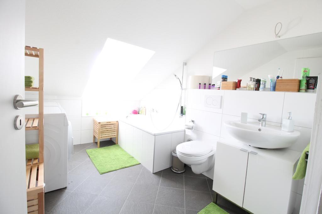 Badezimmertraum in Bad Homburg Weiße Möbel und - dunkle fliesen wohnzimmer modern
