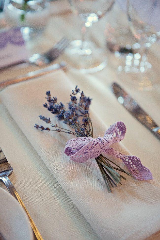 Yksinkertainen vinkki äitienpäiväkattaukseen: Kiedo pikkunippu kukkia laventelinvärisellä pitsinauhalla