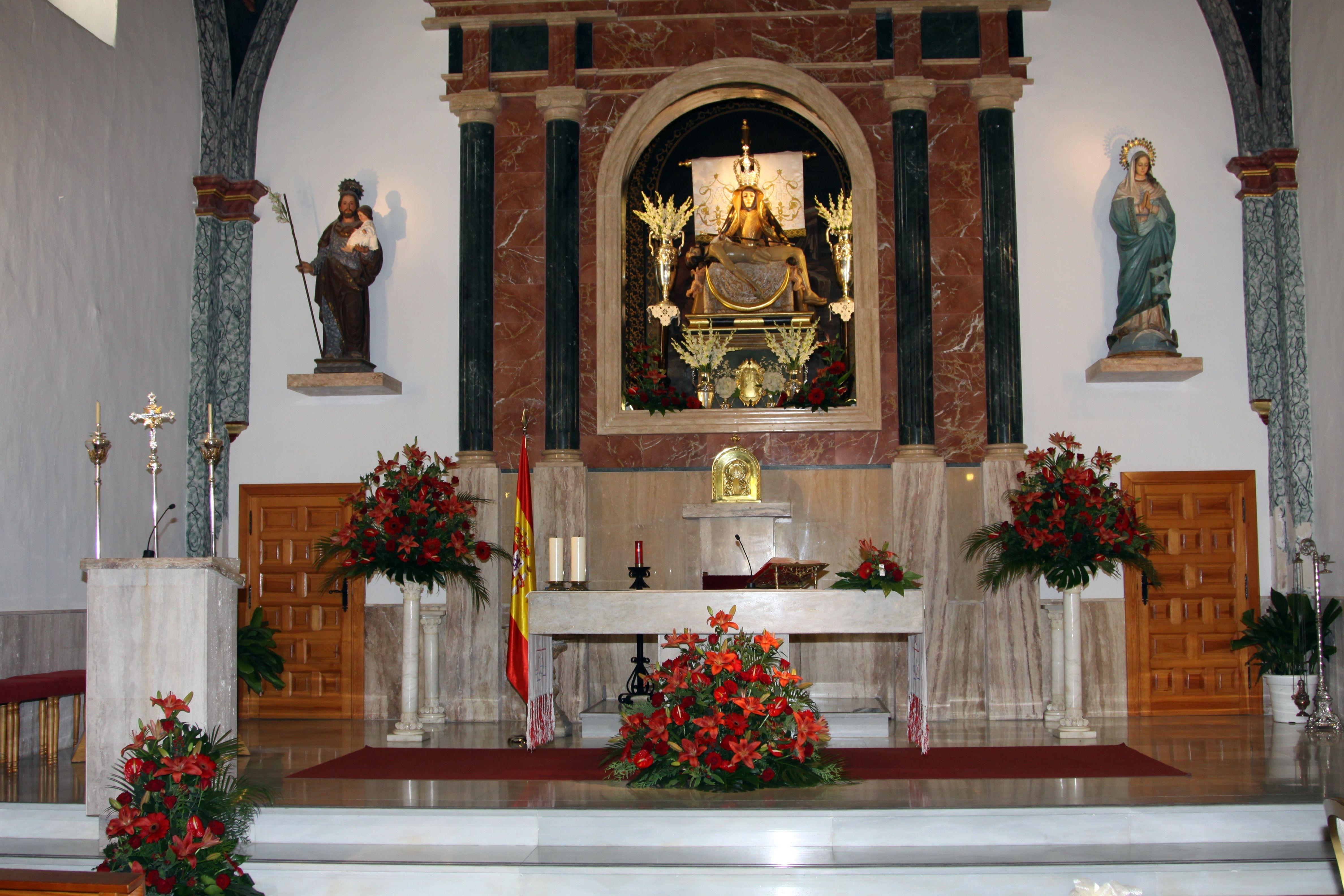 Altar en rojo decoraci n iglesia de viator almer a - Decoracion almeria ...