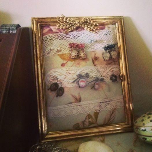 con un viejo marco y un retal de la habitación...un expositor para tener ordenados nuestros pendientes.....