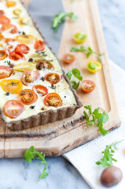 Gedeost, karameliserede løg og tomat. Lækker! Prøv at blande osten/elpriser den ind i cremen. Mere creme til at dække løg vil gøre den pænere. Brugte 2 æg. 100 gram cremefraishe. 70 gram græsk yoghurt.