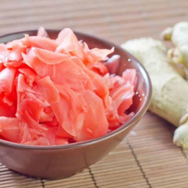 1. Корень имбиря очистим и нарежем тоненькими пластинками по направлению волокон. Для этого можно использовать острый поварской нож или, как вариант, воспользоваться картофелечисткой. Очищенного имб…