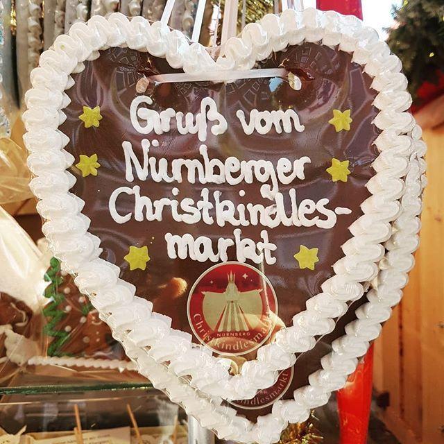 Ganz liebe Grüße vom Christkindlesmarkt in Nürnberg. Das Wetter war toll und das echte Christkind habe ich auch gesehen. Nur doof, dass ich das Kind nicht dabei hatte. Muss ich ihm dann gleich erzählen. #Nürnberg #christkindlesmarkt #adventsstimmung #Weihnachtsmarkt #mamaontour #grüße #christkind #nürnbergerchristkind #weihnachtszeit @nuernberg_travel @nuernberg_de