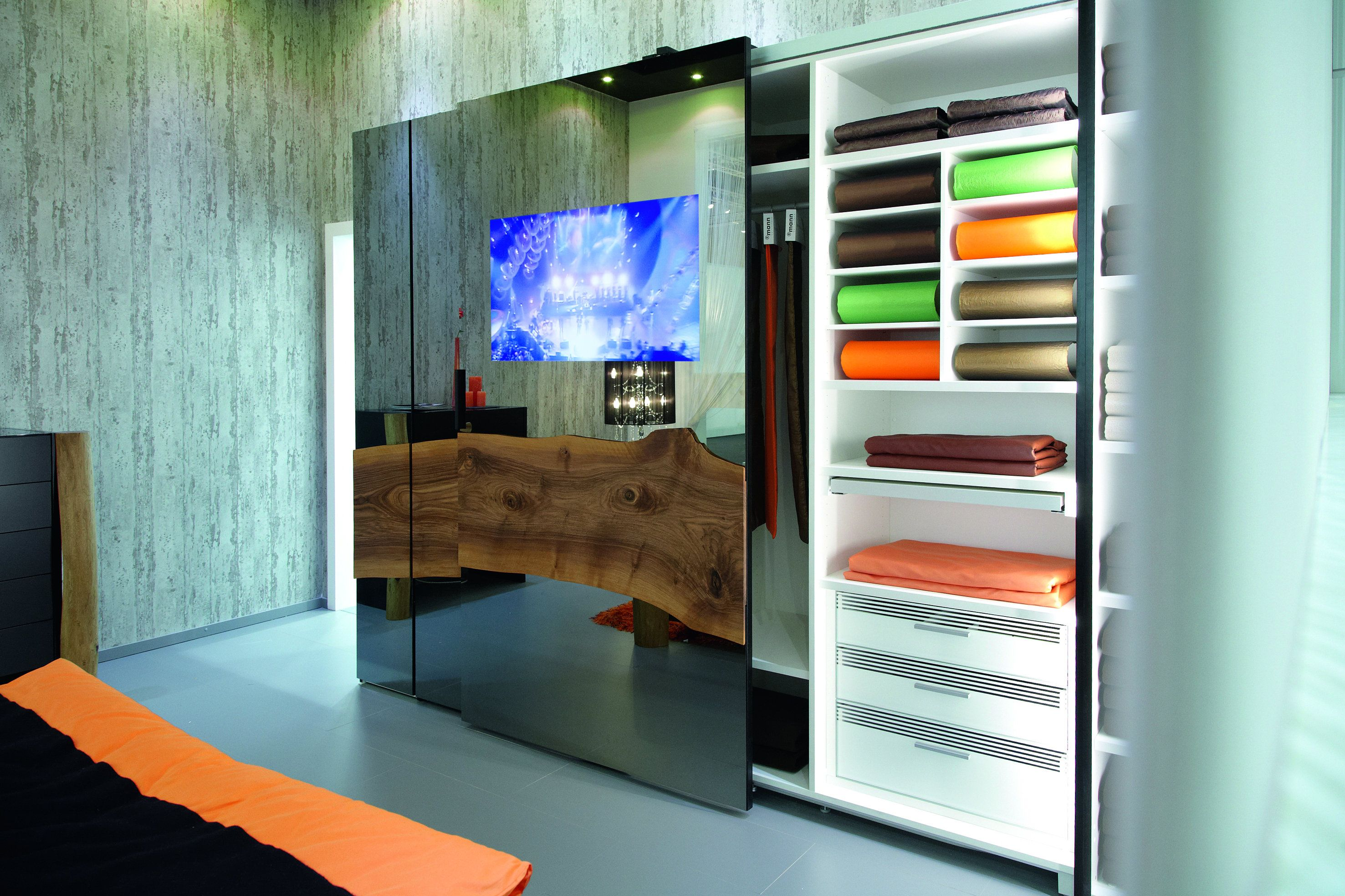 Inbyggd tv i skjutdörr - smarta garderober från R-Mann www.vallaste ...