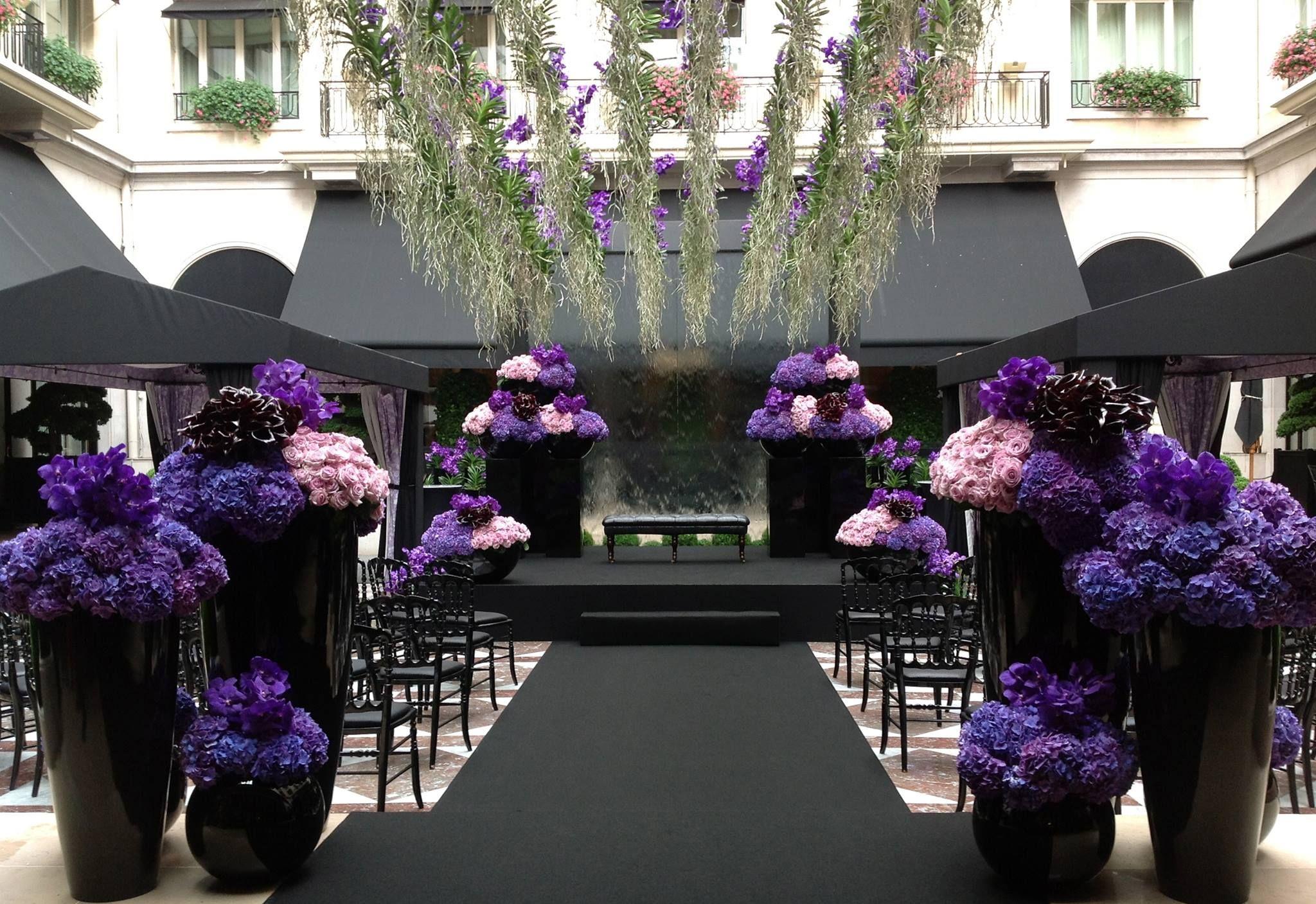 Wedding decoration ideas purple  un mariage au GV cour de marbre sous un rideau duorchidée vanda