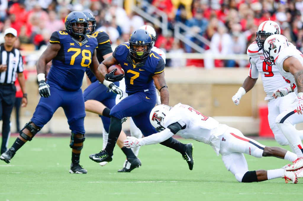 Rushel Shell 7 of the West Virginia Mountaineers runs the