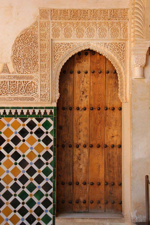 Porta de madeira e azulejos coloridos.