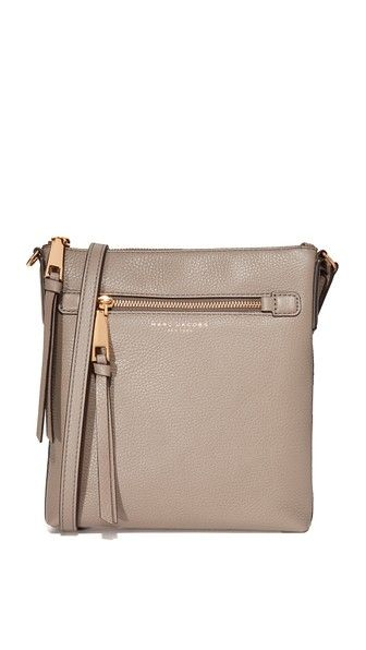 ¡Consigue este tipo de bandolera de Marc Jacobs ahora! Haz clic para ver los detalles. Envíos gratis a toda España. Marc Jacobs Recruit North / South Cross Body Bag: This skinny Marc Jacobs cross-body bag is cut from pebbled leather. Zip front pocket and slim back pocket. Top zip and lined, 1-pocket interior. Adjustable shoulder strap. Dust bag included. Leather: Cowhide. Weight: 10oz / 0.28kg. Imported, Vietnam. Measurements Height: 9.5in / 24cm Length: 8.75in / 22cm Depth: 1.75in…
