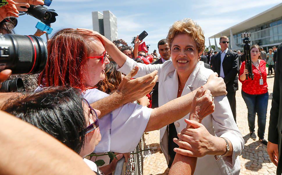 A presidente afastada Dilma Rousseff deixando o palácio do planalto cumprimenta militantes e integrantes de movimentos sociais antes de entrar no carro