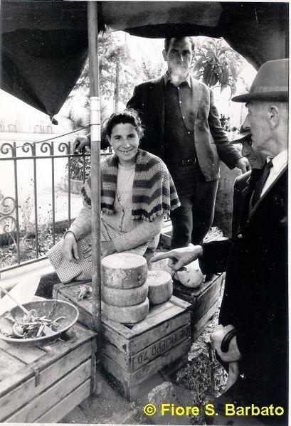 File:Materdomini di Caposele (AV), 1973, Festa di San Gerardo la fiera formaggi pecorini..jpg