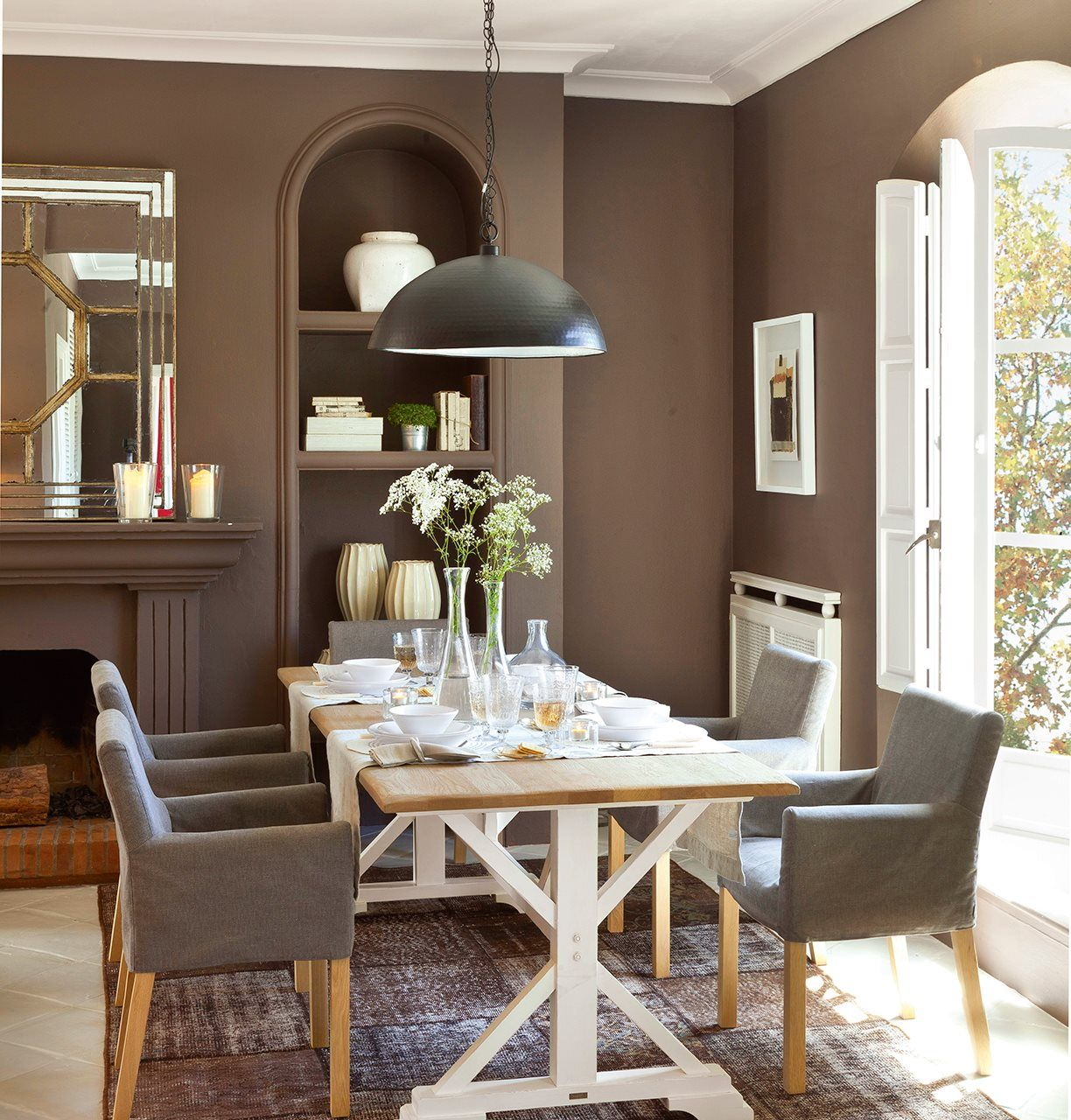 Comedor con paredes de color marrón oscuro y chimenea en 2018 ...