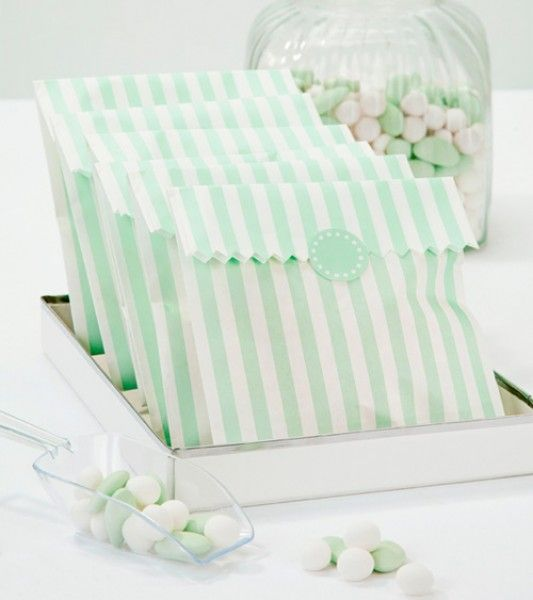 Mint-weiß gestreifte Candy Bags aus Papier mit 10 runden Stickern zum Verschließen der Süßigkeitentüten. Inhalt: 10 Stück.