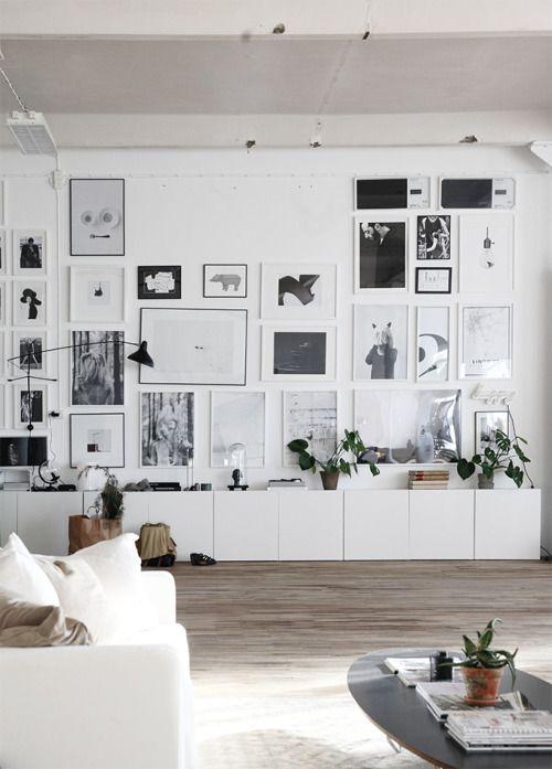 Strak wit Scandinavisch interieur met goed gevulde gallery wall ...
