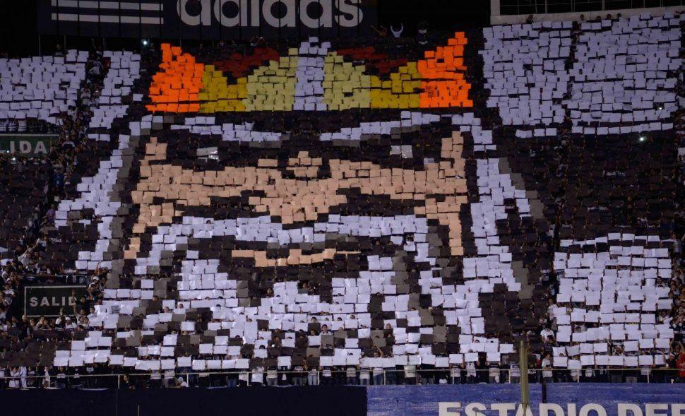 """""""El Rey de Copas"""" estampado en el mosaico de la final. Marta Escurra, ABC Color"""