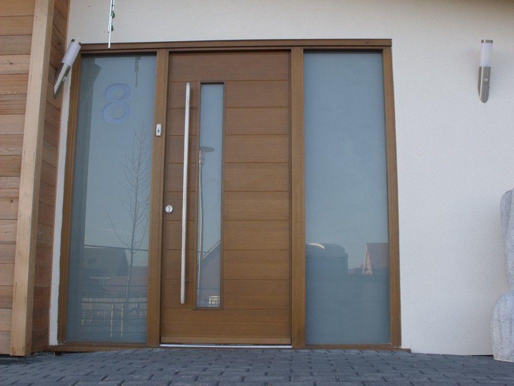 Breed met glas en huisnummer voordeuren