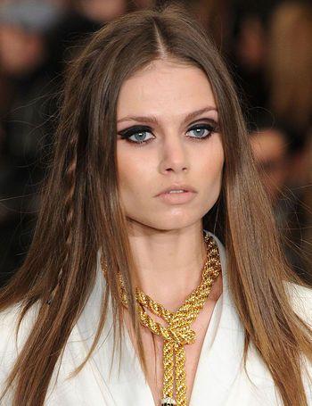Rachel Zoe apuesta por melenas lisas pero adornadas con trenzas finas. Los ojos se delinean geométricamente en negro.