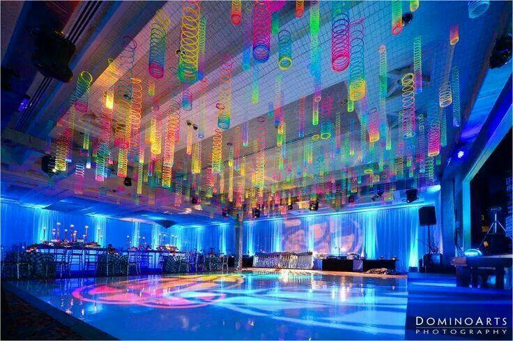Resortes de colores en el techo ideas para fiestas for Cielos rasos modernos