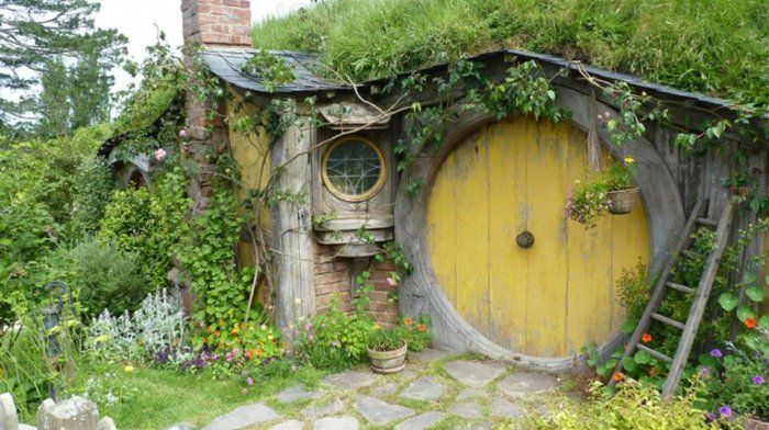 hobbit haus gartenhaus holz blumen steinplatten | Do It Yourself