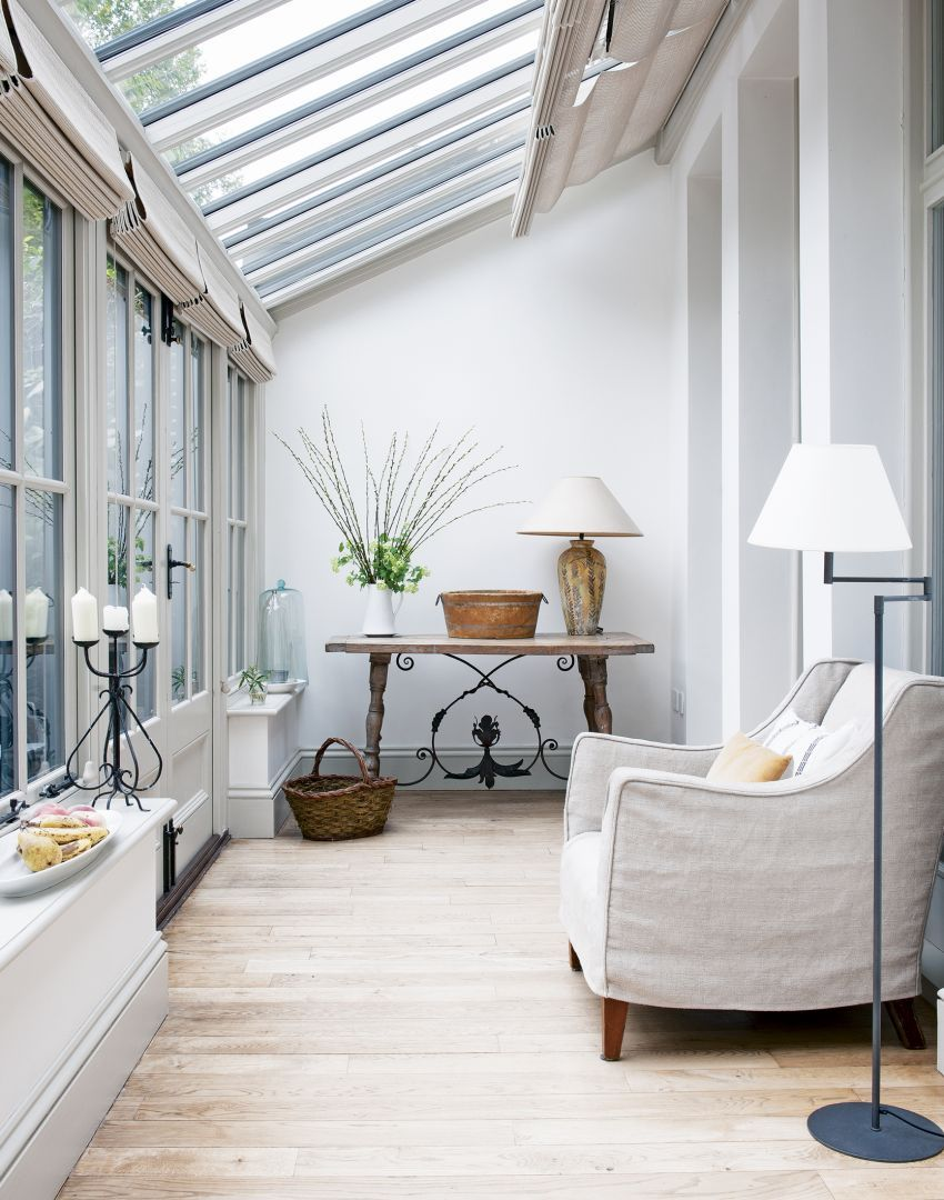 Style De Veranda Moderne informal conservatory with white walls and wooden furniture
