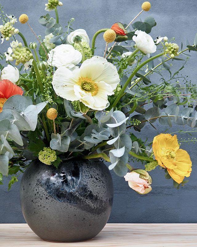 Du kan nu leje den smukkeste centerpiece hos A table story •. Unika keramikvaser fra mestrene hos @khwurtz • alle i grå toner og med hver deres unikke glasur.  #khwurtz #keramik #vaser #unika #håndværk #danskdesign #nordisk #skandinavisk #nordicdesign #bryllupsbord #konfirmation #festbord #centerpiece #blomster #boheme #bohemebryllup