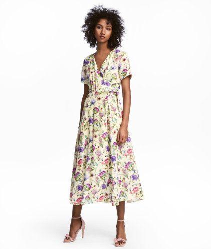 3ec5fb378646 En vadlång klänning i crêppad, vävd kvalitet med tryckt mönster. Klänningen  är v-ringad och omlottlagd fram. Avskuren i midjan med knytband