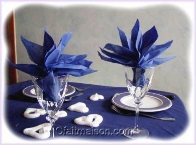 Serviettes pli es en forme de strelitzia dans un verre decors de table pinterest - Pliage serviette verre ...
