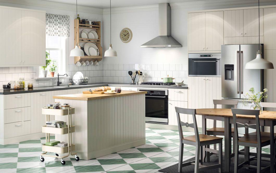 Landelijk Grote Keuken : Een grote landelijke keuken met gebroken witte kasten deuren en