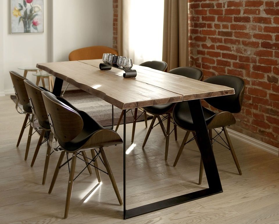 Lana on upea lankkukantinen ruokapöytä jonka reunat ovat tuppeen sahatun lankun näköiset. Pöydän pinta on harjattu jolloin pöydän kannesta tulee antiikinomainen ja eläväpintainen.
