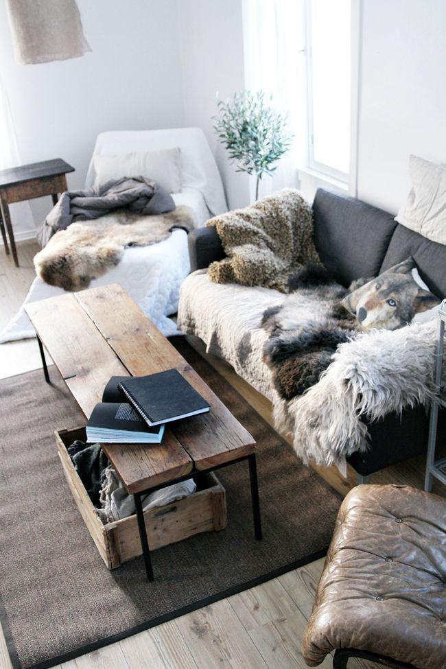 Rustikal und gemütlich: Sitzecke mit Sessel und Sofa mit Fakefur ...