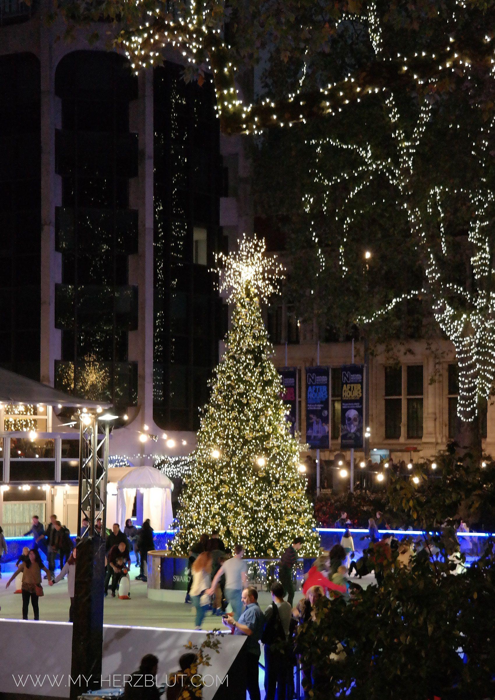 Der traditionelle Swarovski Weihnachtsbaum vor NHM.