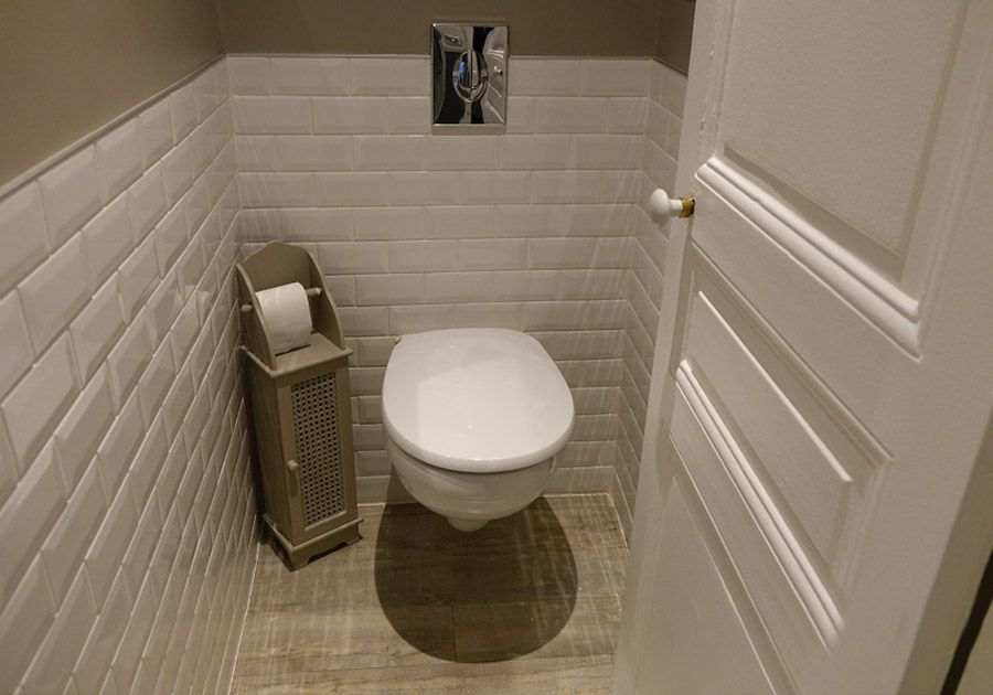 renovation complete sanitaires installation wc suspendu faience style metro sur murs particulier. Black Bedroom Furniture Sets. Home Design Ideas