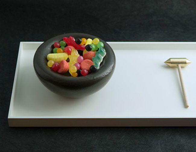 A designer Stéphane Bureaux(de quem já falamos aqui) é a inventora dessa delícia. A sobremesa, em forma de cumbuca, é feita com uma casca chocolate e tem recheio de algodão doce. Para comer a parte de dentro, basta usar o martelinho que acompanha o prato.