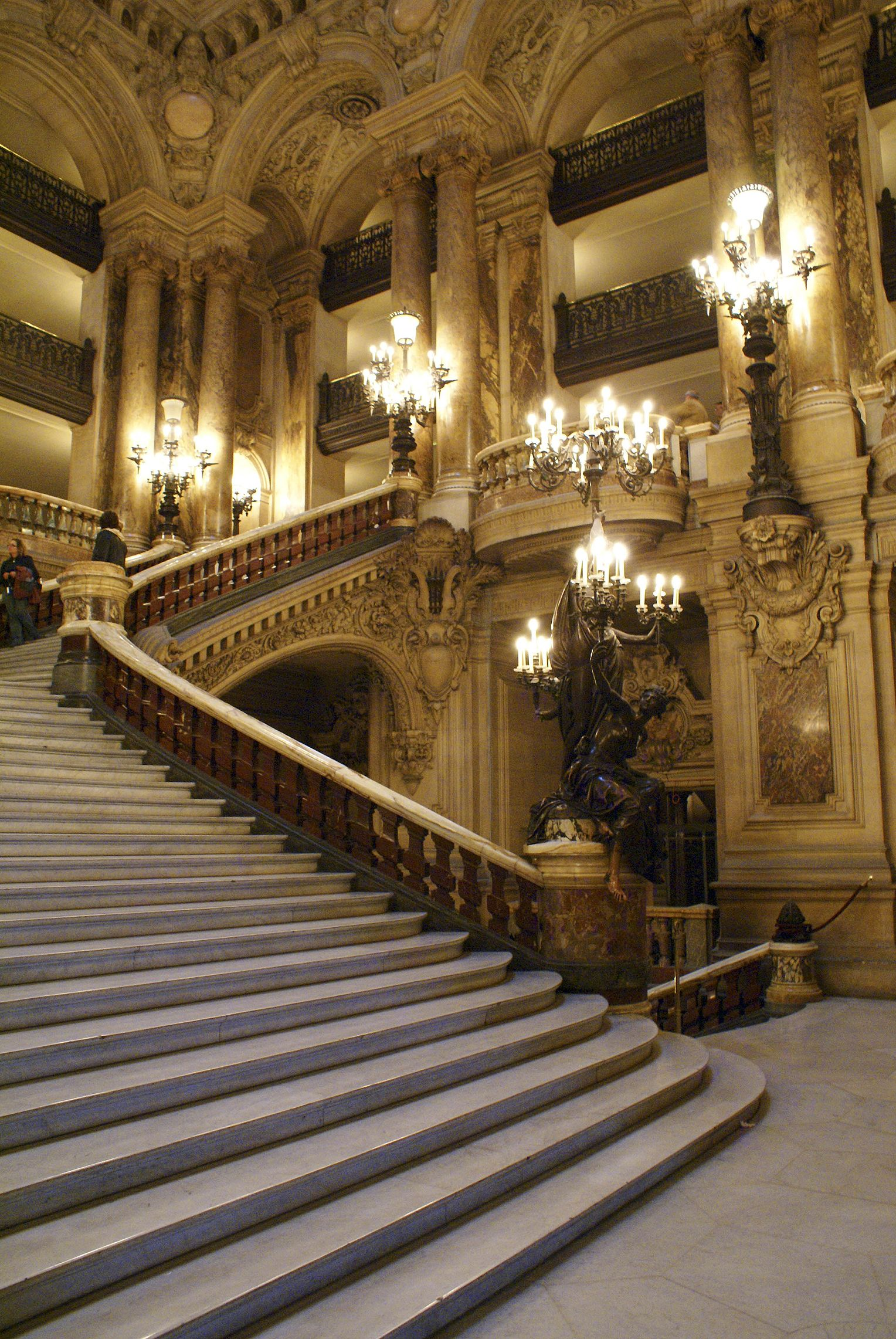 Le grand escalier de l\'Opéra Garnier Paris, voulu par l\'empereur ...