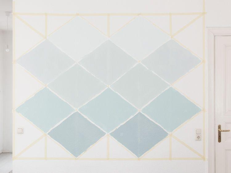 diy anleitung geometrische wand mit dreiecken streichen via dawandacom - Geometrische Formen Farben Modernes Haus