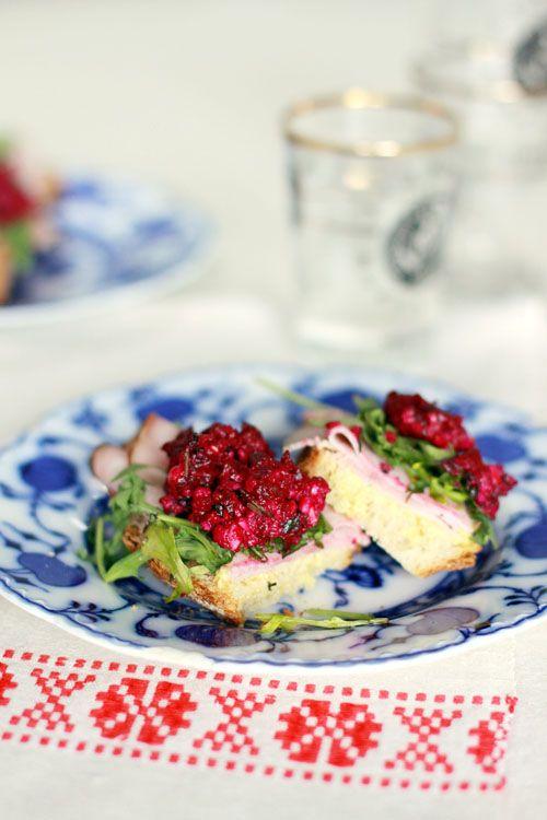 Smörgås med skinka och rödbetspesto