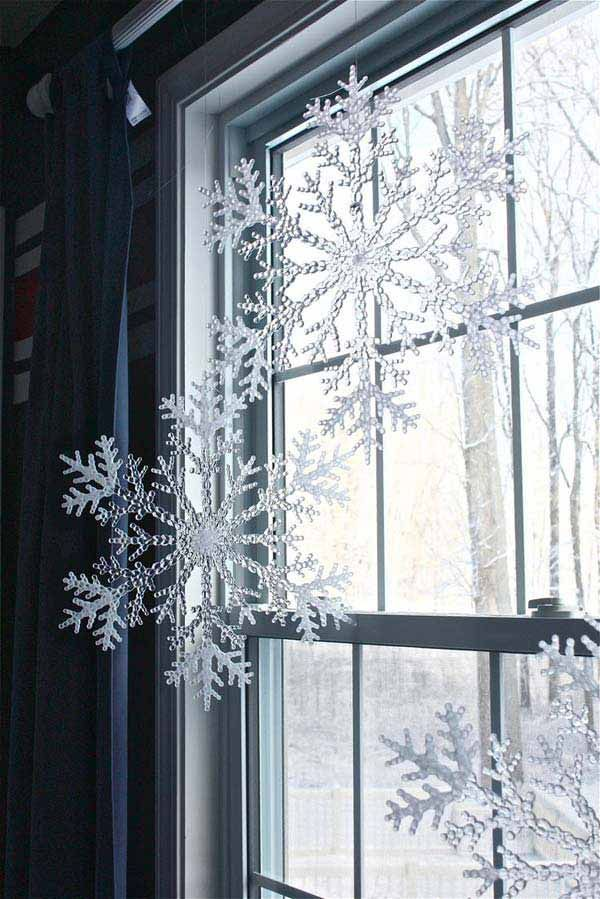 30 Insanely Beautiful Last-Minute Christmas Windows Decorating Ideas | Homesthetics - Inspiring ideas for your home. #winterdecor