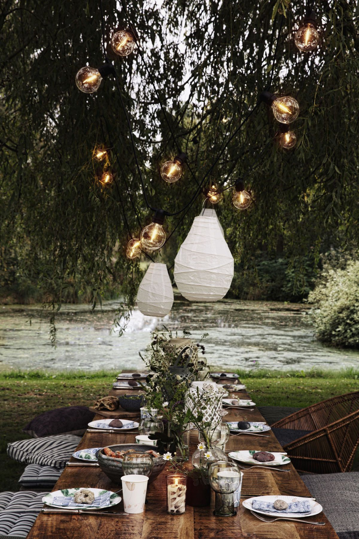 Eating outdoors is one of the many joys of summer. It's about bringing people together, eating, talking and laughing. Let your guests feel relaxed by keeping it simple. Disposable tableware mixed with glass, ceramics and wooden details set a casual atmosphere – while it ensures super-easy clean-up.