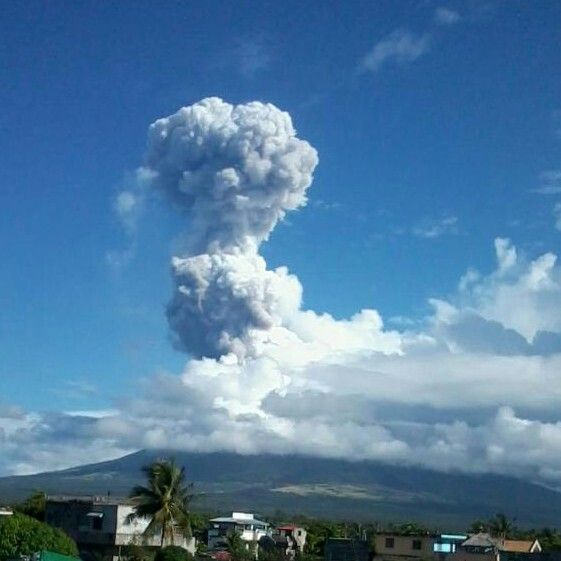 I was on my way to work when i saw Mayon puffed ash last May 7, 2013